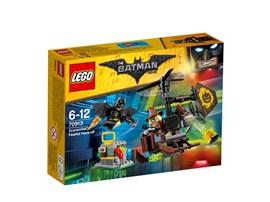 70913 The LEGO Batman Movie™ Kräftemessen mit Scarecrow™:   Scarecrow™ wirft aus seinem gefährlichen Mini-Heli Furchtgaskanister ab. Leg